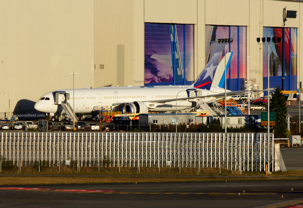 LAN 787-9 at Paine Field